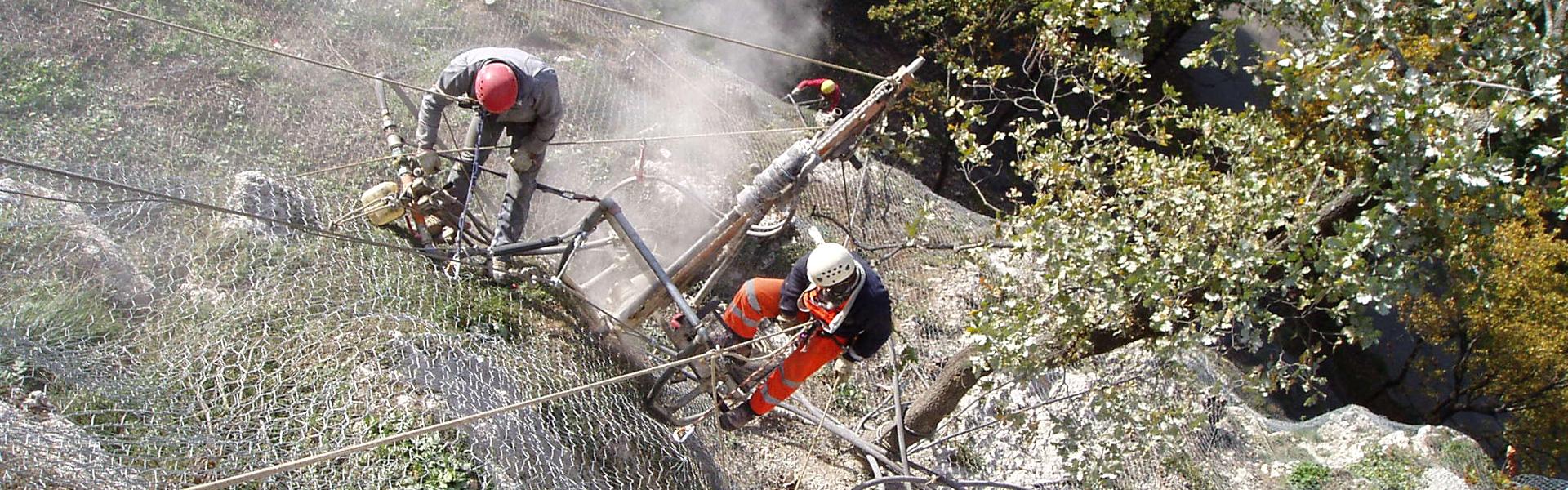 Operatori intenti nel lavoro su reti paramassi