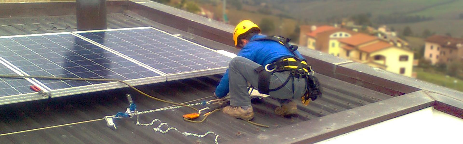 Operatore intento nella manutenzione di un impianto fotovoltaico posizionato su tetto