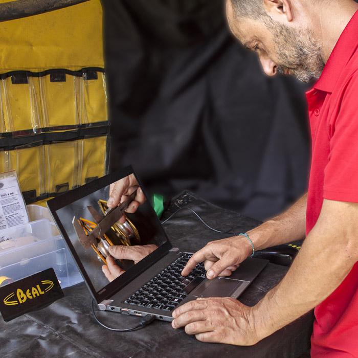Marco Vallesi lavora al computer durante una consulenza
