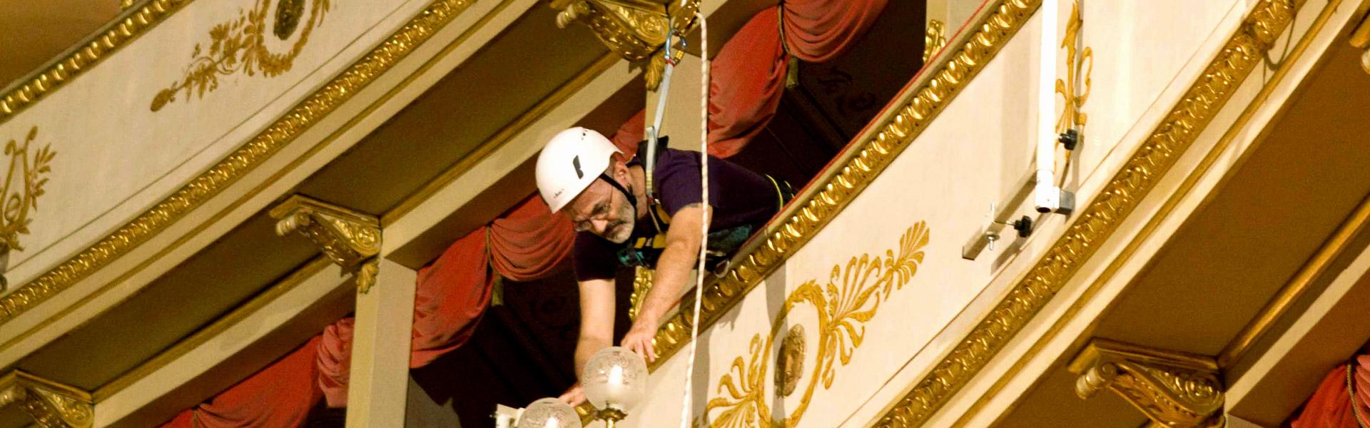 Un operatore addetto ai lavori in quota in un teatro